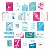 """Postkarten Set """"Sand & Sea"""" - 25 hochwertige Postkarten mit sommerlichen Motiven sowie inspirierenden und motivierenden Sprüchen & Zitaten zum Dekorieren oder Verschicken. Von Hand designte Spruchkarten Sommer, Sonne, Strand & Meer"""